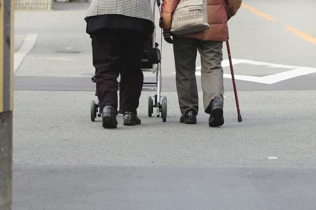 スリッパなんて絶対ダメ!高齢者の入院におすすめな転倒防止シューズ「あゆみ」の靴とは