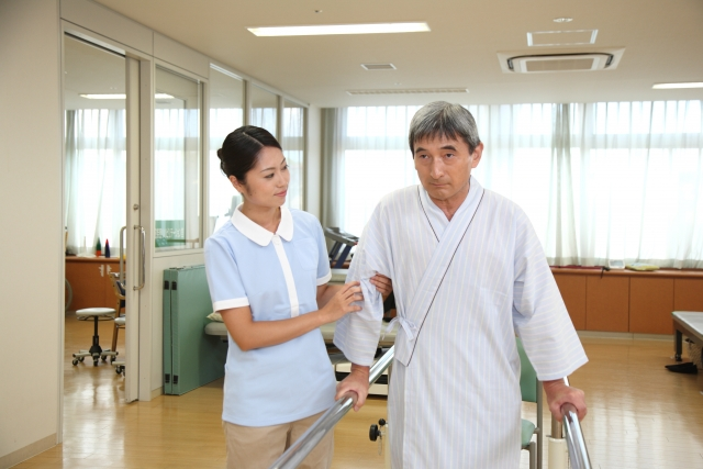 老人ホーム入所中の方が脳梗塞になったら退所になる?リハビリが出来る施設とは